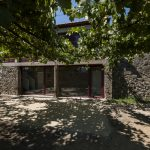 The Courier House's repairs by Luís Peixoto put new fires on rustic stones in different ways