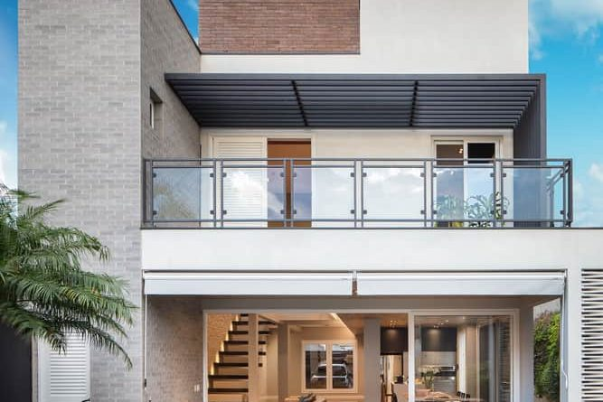 Modern Guaratinguetá houses created by Ricardo Abreu Arquitetos using the beauty and durability of clay as inspiration
